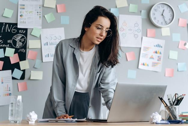 Concentrato, giovane donna in ufficio