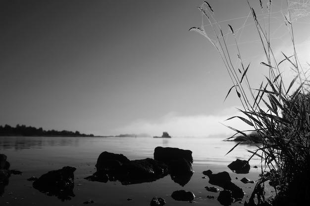 Nebbia nel lago. acqua di natura mattutina e nebbia bianca.