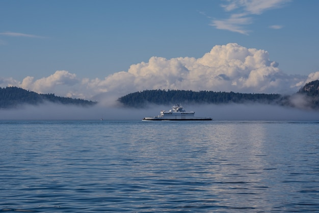 Nebbia sull'oceano, le isole e il traghetto sono coperti di nebbia.