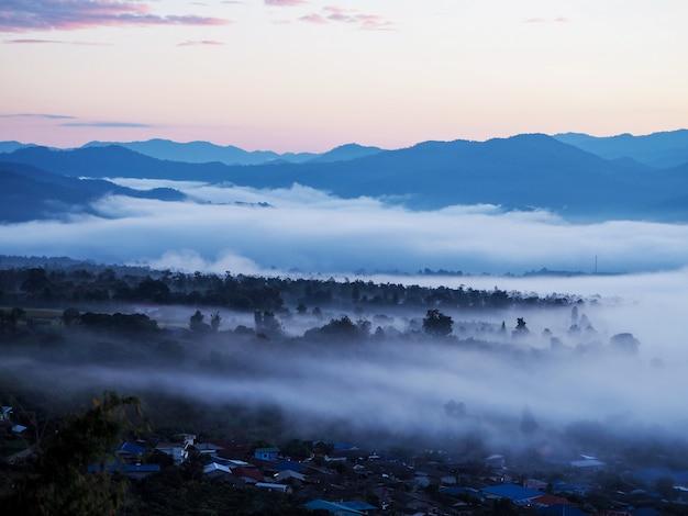 Sfondo di montagna nebbiosa al mattino al punto di vista yun lai, provincia di mae hong son, thailandia.