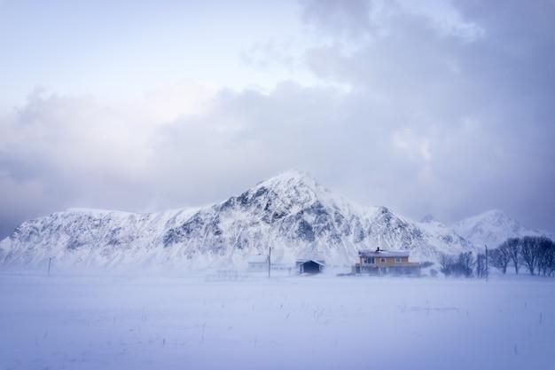 Montagna nebbiosa nella natura nordica settentrionale