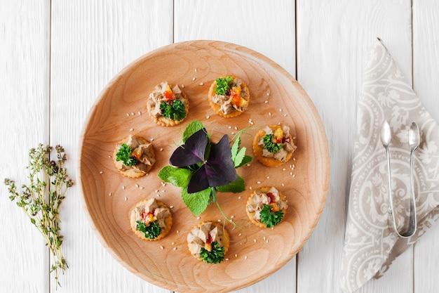 Piatto di foie gras su legno bianco