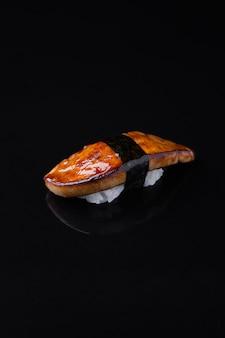 Sushi di foie gras su uno sfondo scuro