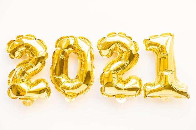 Palloncini stagnola sotto forma di numeri 2021. celebrazione del nuovo anno. mongolfiere d'oro. festa di vacanza