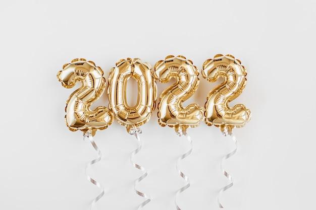 Palloncini foil sotto forma di numeri 2022. celebrazione del nuovo anno. mongolfiere d'oro e d'argento. decorazione per feste.