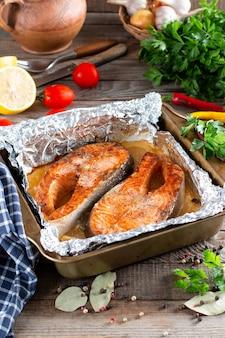 Cena al cartoccio con pesce. filetto di salmone. alimenti dietetici sani, dieta chetogenica, cucina mediterranea. cena calda al forno, primo piano