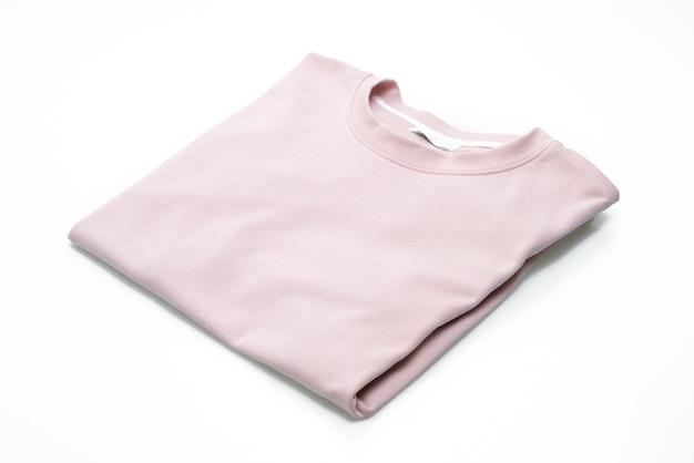 Piega t-shirt isolata su sfondo bianco