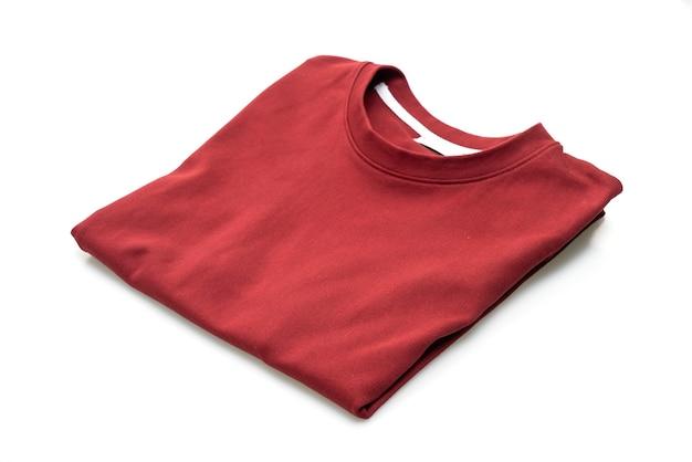Piegare la maglietta isolata
