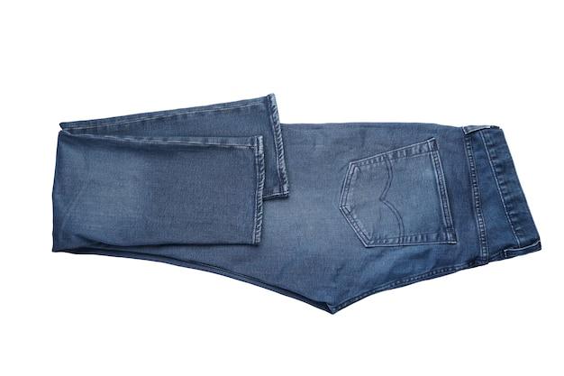 Pantaloni blu piegati del denim degli uomini isolati su fondo bianco.