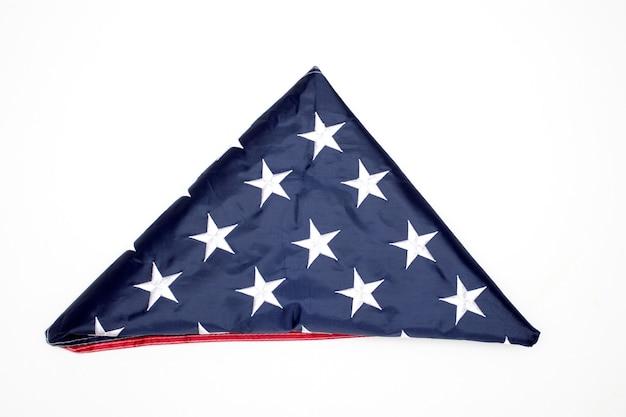 Bandiera piegata degli stati uniti su sfondo bianco. giorno della memoria