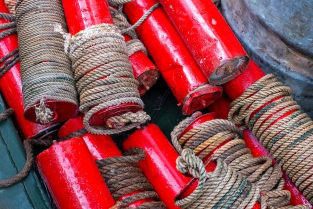 Boe segnaletiche piegate su una barca militare rosso secco galleggia con un dispositivo a fune un nodo marino un'unità di velocità...