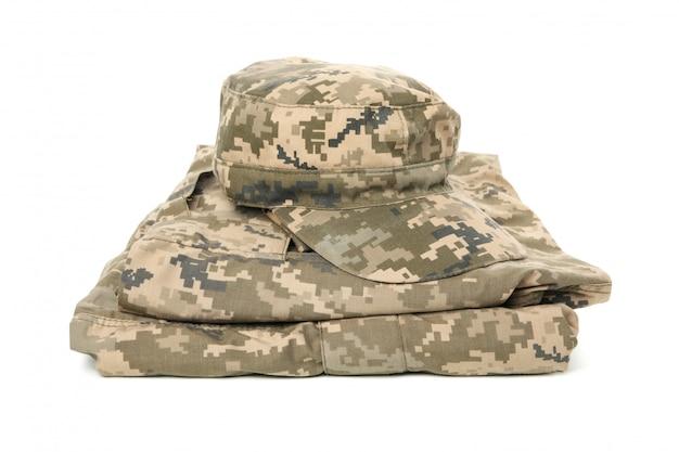 Uniforme militare e protezione piegate isolate su bianco