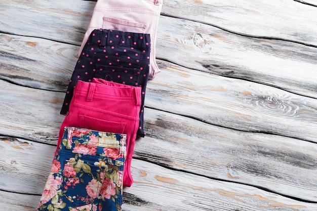 Pantaloni piegati con fantasia colorata. pantaloni femminili blu e rosa. la migliore offerta in un negozio di abbigliamento. ottieni ora la tua merce scontata.