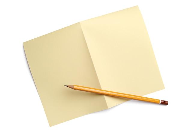 Foglio di carta piegato e una matita su bianco