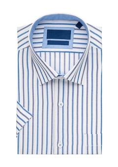 Camicia piegata su sfondo bianco, vista dall'alto