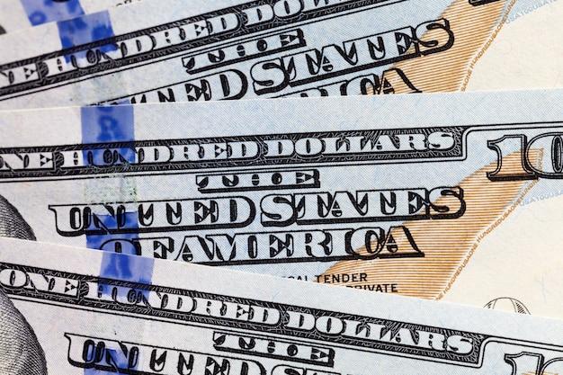 Banconote da cento dollari americane piegate insieme, banconote in contanti di dollari americani