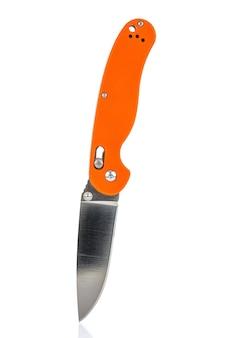 Coltello tascabile pieghevole con piastre di copertura in plastica composita arancione brillante testurizzate sul manico su bianco