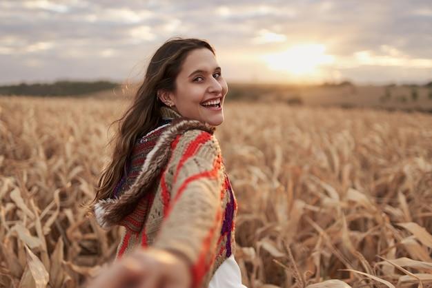 Follow me concept maschio che segue la ragazza che si tiene per mano nella fattoria pov