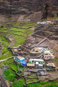 Campi del villaggio e del terrazzo di fontainhas nell'isola di santo antao, capo verde, africa