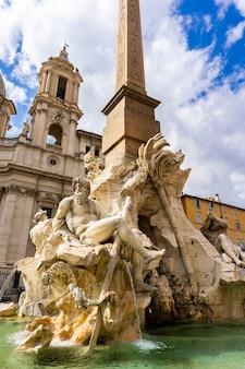 Fontana dei quattro fiumi a piazza navona a roma, italia, progettata dal bernini nel 1651
