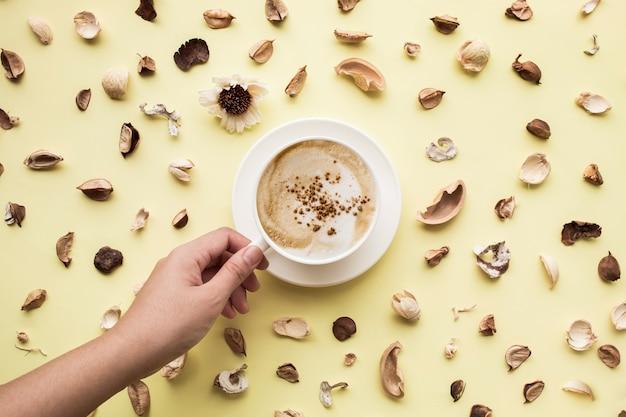 Cibo, aroma, vista dall'alto di vaniglia con tazza di caffè isolata