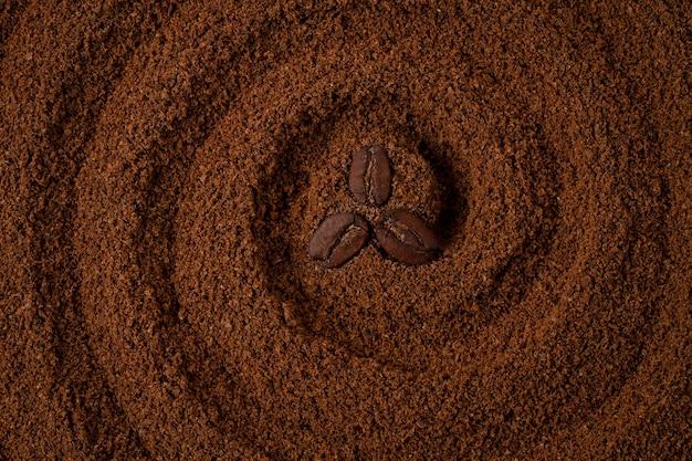 Sfondo di cibo, cerchi sul caffè, con chicchi di caffè, vista dall'alto