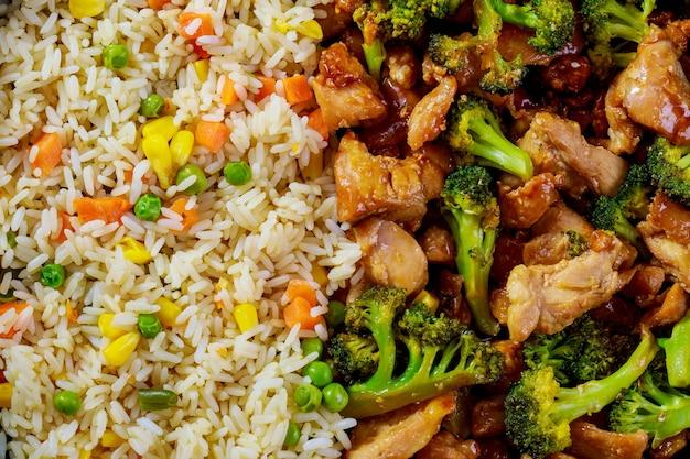 Sfondo di cibo con riso, pollo con broccoli. stile asiatico. avvicinamento.