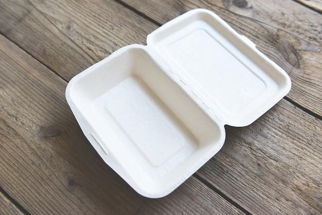 Scatole per alimenti da asporto, contenitori per imballaggi ecologici usa e getta sul tavolo di legno a casa