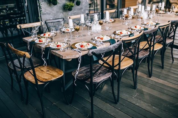 Cibo sul tavolo del buffet, atmosfera da matrimonio, matrimonio all'aria aperta
