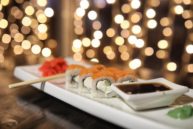 Il cibo al bar sul tavolo sushi e tè giapponesi