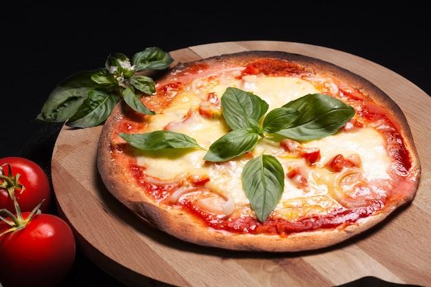 Concetto di cibo pizza tortilla margherita fatta in casa sul bordo di legno