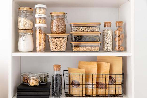 Disposizione di contenitori per alimenti e libri