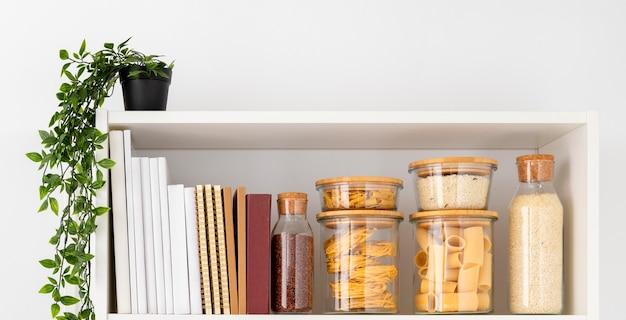 Assortimento di contenitori per alimenti e libri