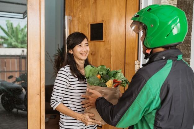 Corriere alimentare consegna al cliente a casa