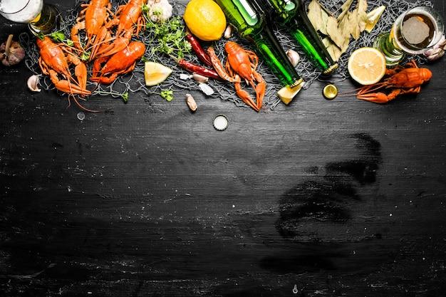 Le prelibatezze alimentari. aragosta bollita con birra e spezie sulla lavagna nera.