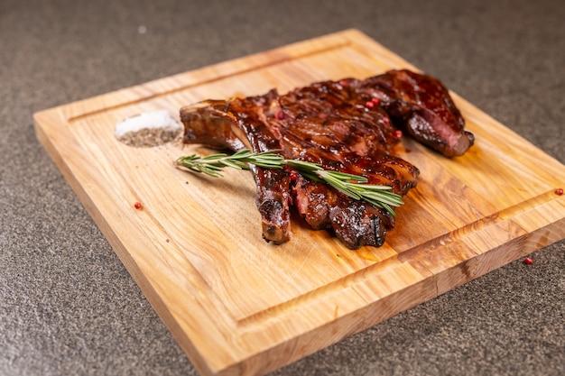 Cibo, delizioso, carne di cavallo e concetto di artigianato - porzione di bistecca alla griglia