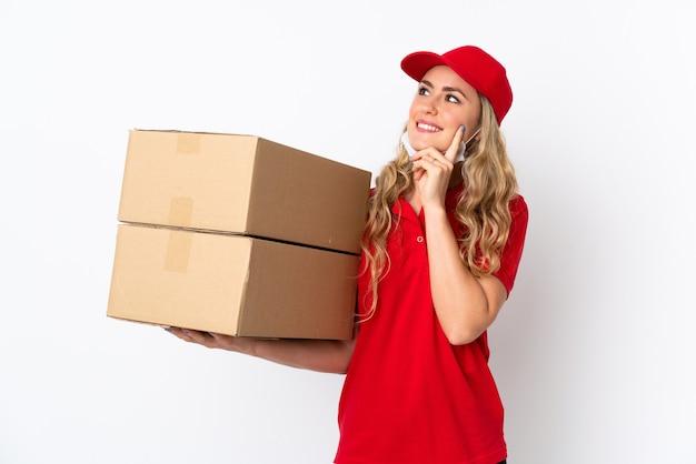 Consegna del cibo donna brasiliana isolata su bianco pensando a un'idea mentre cercava