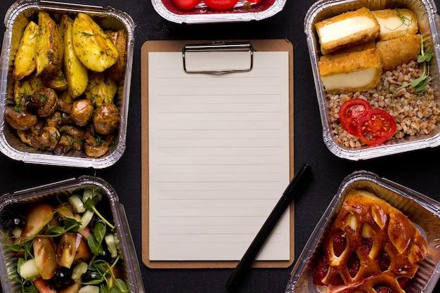 Consegna del cibo. piatti per cena porridge, insalata, patate con funghi. foglio di carta con posto per il testo.