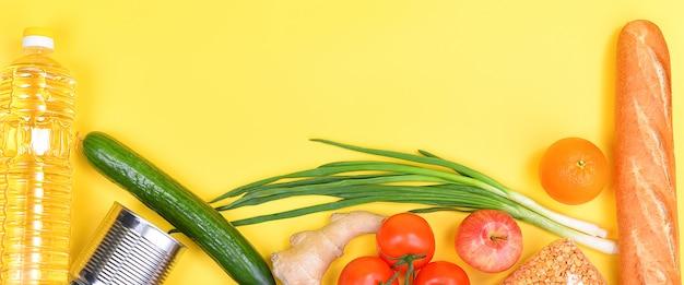 Consegna del cibo, donazione, approvvigionamento alimentare, copia spazio su sfondo giallo