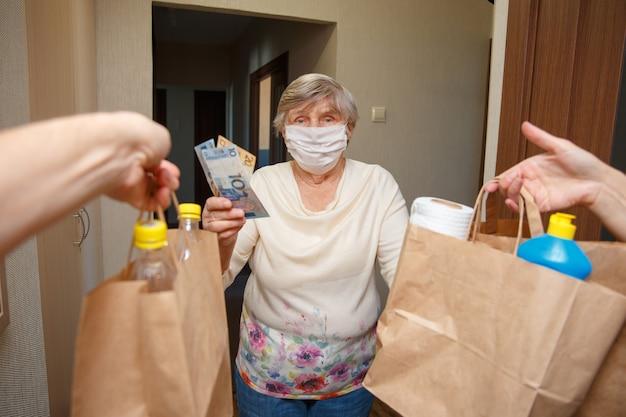 Consegna di cibo agli anziani