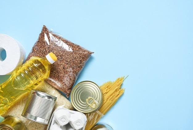 Consegna del cibo. prodotti essenziali: grano saraceno, spaghetti, olio di semi di girasole, cibo in scatola.