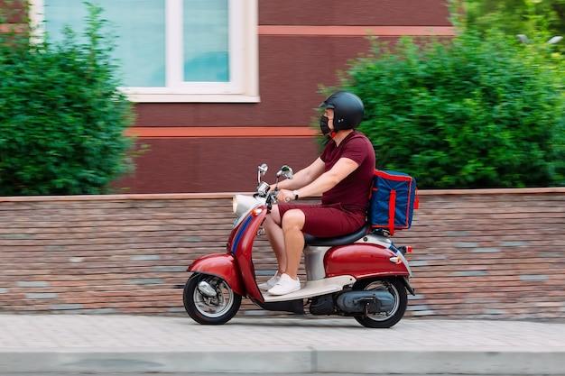 Ragazzo delle consegne di cibo sulla sua moto