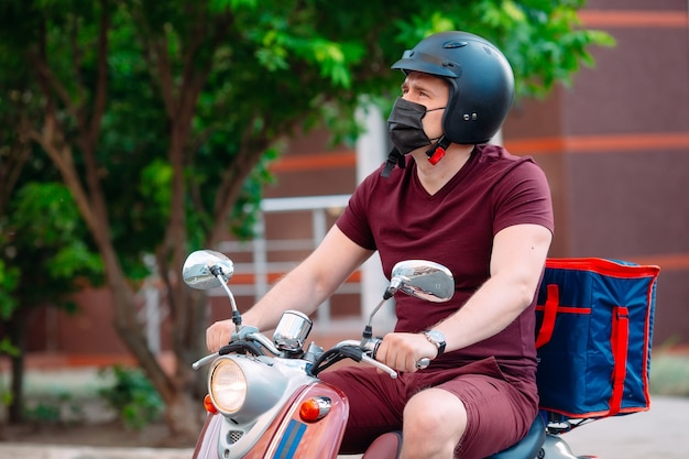 Ragazzo delle consegne di cibo su una moto