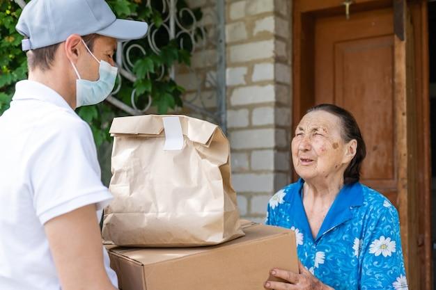 Uomo delle consegne di cibo per una donna anziana.