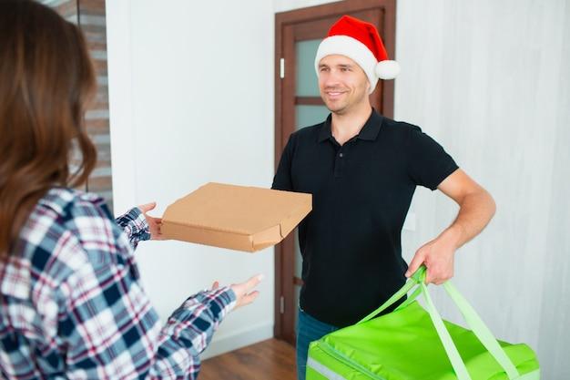 Uomo di consegna del cibo in cappello della santa