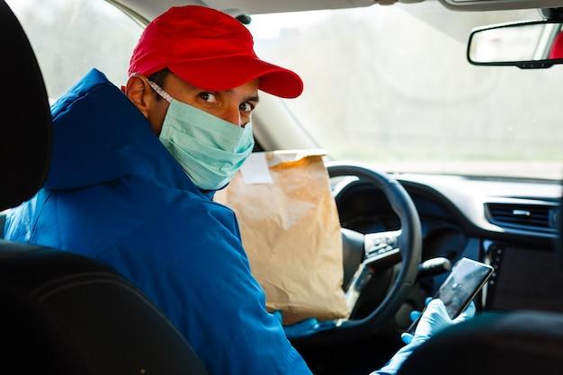 Fattorino del cibo che indossa la maschera medica. concetto di corona virus