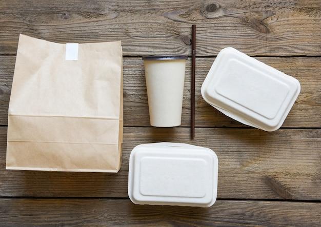Consegna di cibo in scatole da asporto, bicchiere di carta monouso per imballaggi alimentari ecologici e cibo in carta artigianale
