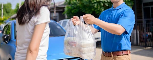 Consegna del cibo durante il lock down e l'autoquarantena a casa. nuova normalità e vita dopo il covid in thailandia, asia. distanziamento sociale e stare a casa restate al sicuro.