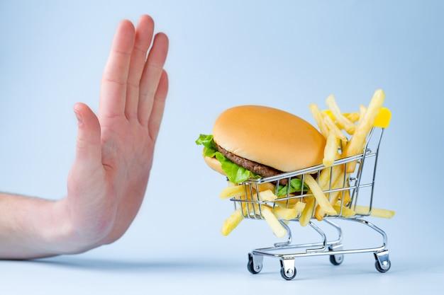Concetto di cibo e dieta. rifiuto di cibo spazzatura, malsano, carboidrati.