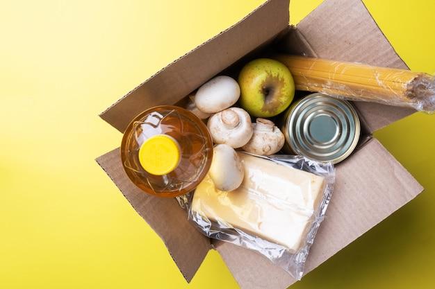 Donazione di cibo in una scatola. copia dello spazio.